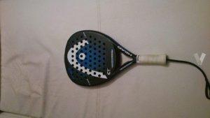 raqueta de pádel negra y azul sobre fondo blanco