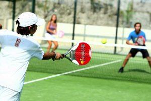 . jugar al padel en barcelona, escuelas de padel en barcelona
