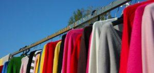 Prendas de ropa colgadas