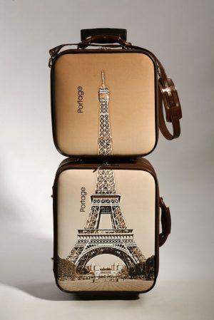 dos maletas de viaje con la imagen de la tour eiffel