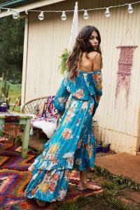 Chica con un vestido azul floreado sin chanclas