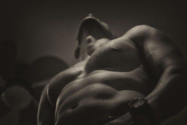 Hombre musculado de torso desnudo en blanco y negro