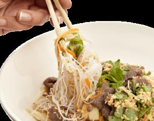 plato vietnamita con palillos chinos