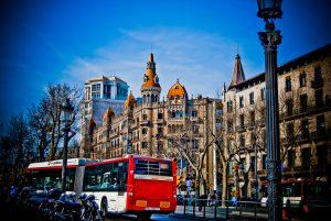 bus de Barcelona alejándose con el fondo de passeig de Gràcia