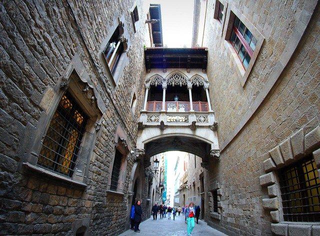 carrer del bisbe ciutat vella barcelona