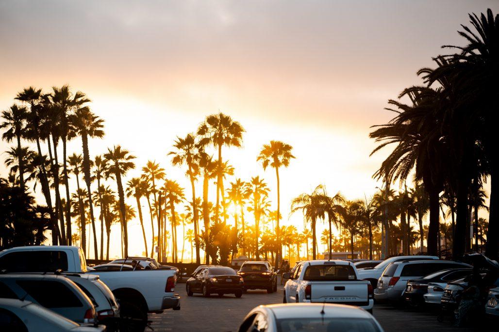 Aparcamiento con puesta de sol