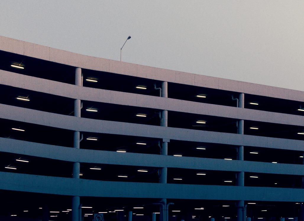 Aparcamiento de varios pisos para coches