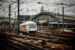 Tren pasando por la estación de Sant Andreu Arenal de Barcelona