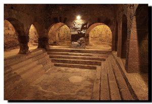 iglesia antigua por dentro con escaleras