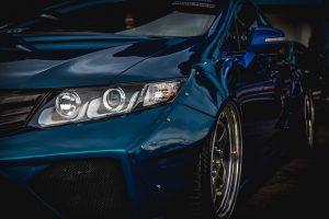 visión de llanta de coche azul y faro