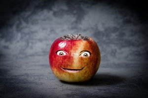 foto de una manzana con una cara hecha con photoshop