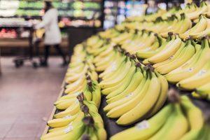 plátanos en el pasillo de frutas del alcampo