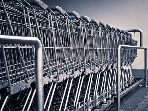 carritos de compra en el raíl