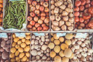 Diferentes cajas de tomates, de patatas, de limones, de manzanas y cebollas.