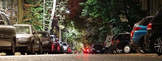 coches aparcados en zona verde de barcelona