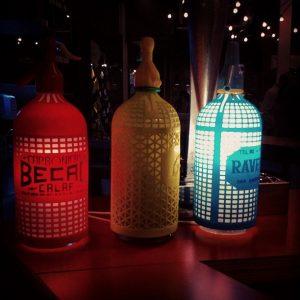 tres botellas de chifón iluminadas en distintos colores
