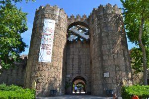 imagen del las torres de entrada del pueblo español