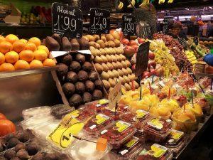 estante de frutas del mercado de la boqueria en Barcelona