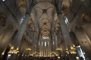 rosetón y columnas dentro de la catedral de Santa Maria del Mar