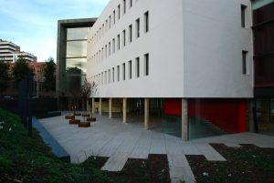 Foto del lateral de un edificio de la Universidad Pompeu Fabra