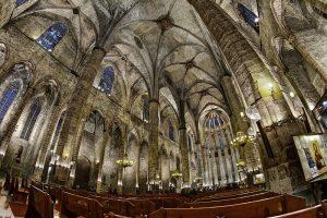 dentro de la catedral santa maria del mar