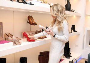 mujer mirando zapatos en una tienda de zapatos