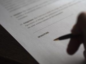 documento a punto de firmarse con un bolígrafo