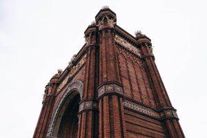 Vista lateral del monumento de arco de triumfo en Barcelona