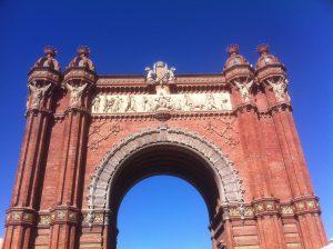 Vista desde el suelo del monumento de arco de triumfo en Barcelona
