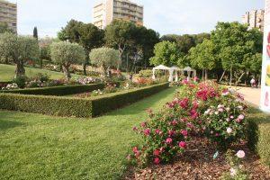 Flores y vegetación en el Parque Cervantes de Barcelona