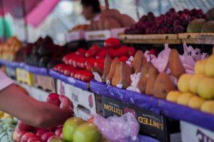 imagen de estanteria llena de fruta
