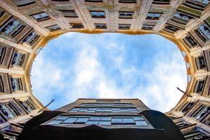 imagen de un edificio desde abajo