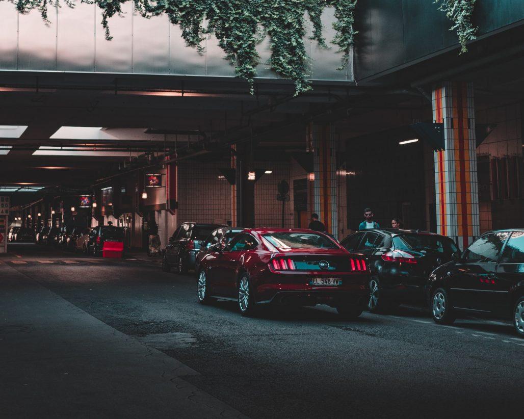 Coche buscando parking gratis