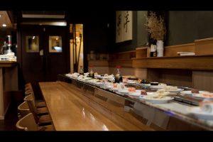 cinta giratoria de sushi en un restaurante