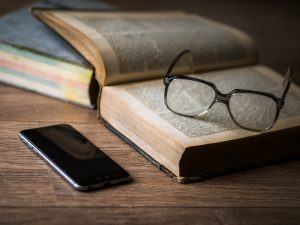 dos libros abiertos y unas gafas encima