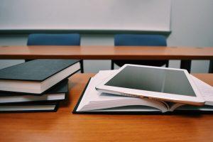 aula vacía con libros en las mesas