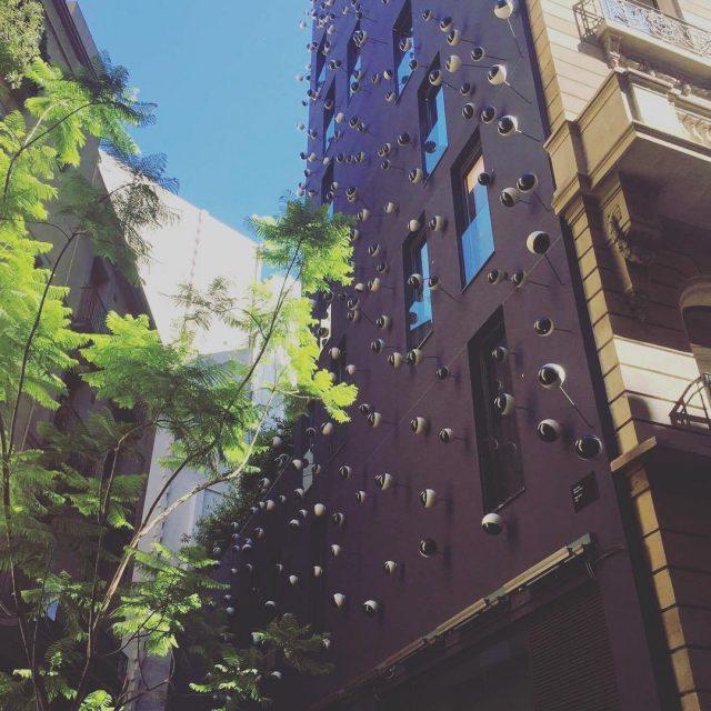 Una bonita foto de la fachada con ojos del Hotelhellip