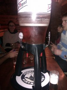 deposito de cerveza gigante con vasos