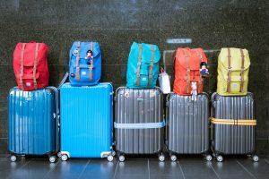 Maletas con mochilas encima
