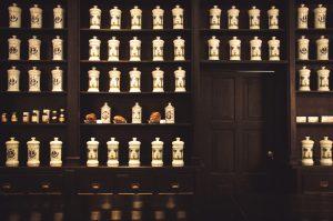 boticario antiguo con frascos medicinales