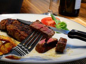 Plato de carne cortada y hecha al punto
