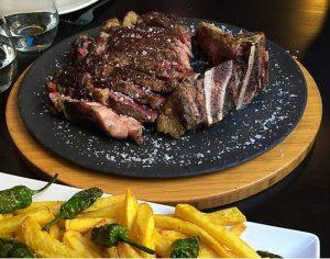 plato de carne a la brasa cortada con sal