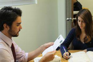 dos personas estudiando