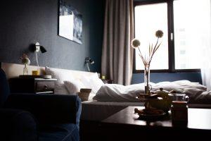 Habitación con ropa de cama blanca y tonos neutros