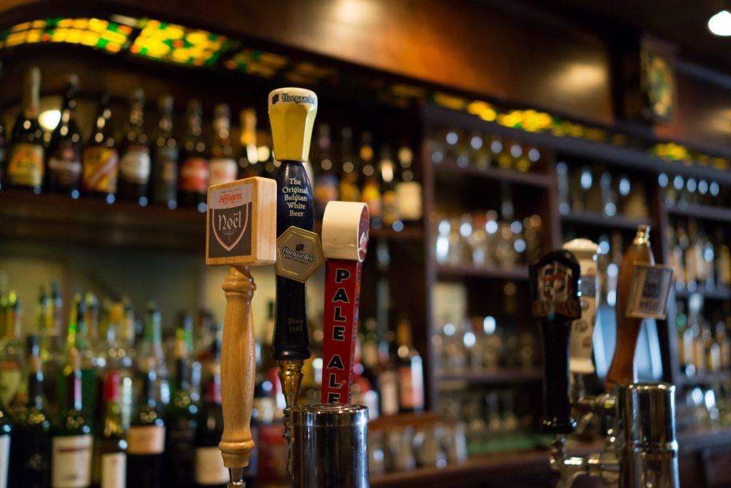 Imagen de una barra llena de bebidas alcohólicas