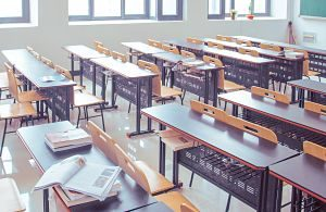 Clase vacía en un colegio