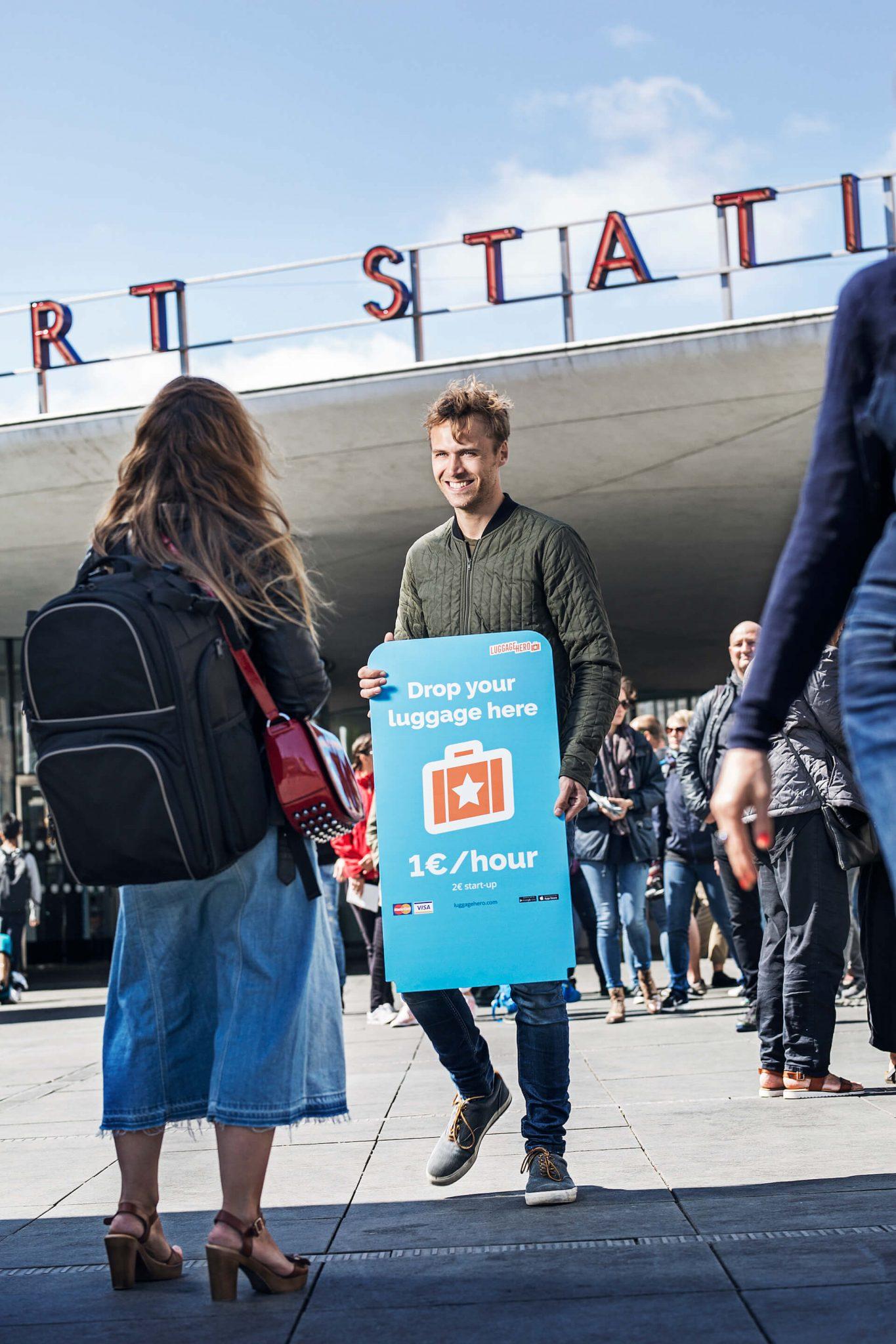 imagen de un hombre con un cartel de anuncio
