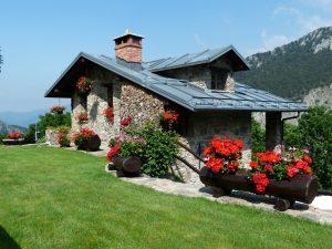 Casa de piedra en la montaña