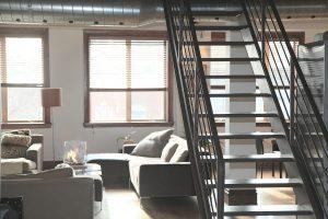 Interior de un piso dúplex con su escalera