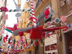 Calle adornada con caramelos y piruletas